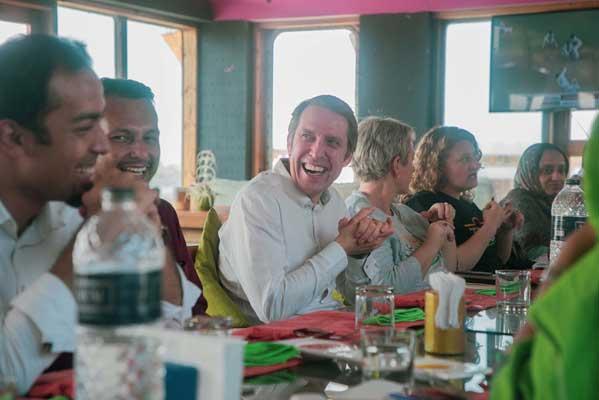 John Goodwin, director general de la Fundación LEGO en un laboratorio de juegos en Cox's Bazaar, en Bangladesh, uno de los muchos creados a través de la alianza Play to Learn