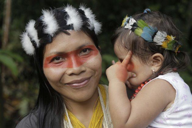 Nemonte Nenquimo, lideresa Waorani de la Amazonia ecuatoriana, con su hija Daime. Foto: Jerónimo Zúñiga/ Amazon Frontlines