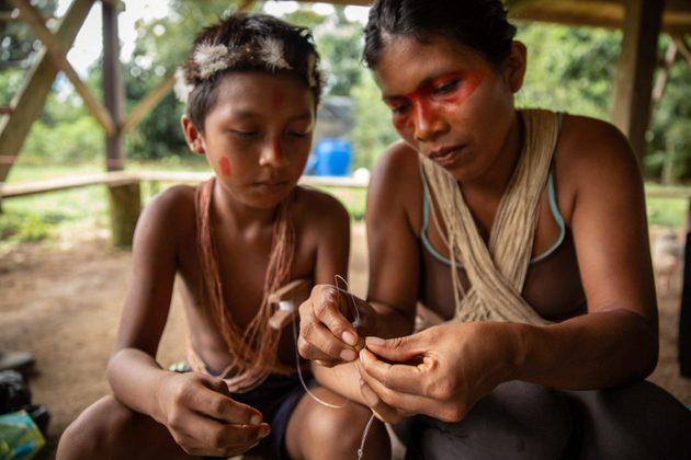 Nemonte Nenquimo en casa preparándose para ir a pescar, comunidad de Nemonpare, Pastaza, Amazonia ecuatoriana. Foto: Jerónimo Zúñiga/Amazon Frontlines