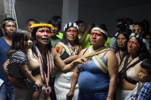 Nemonte Nenquimo después de una larga audiencia en el tribunal provincial en Pastaza, en la Amazonia ecuatoriana, abril 2019. Foto: Sophie Pinchetti/ Amazon Frontlines
