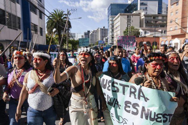 Nemonte Nenquimo y la comunidad waorani en una marcha. Foto: Mateo Barriga/ Amazon Frontlines