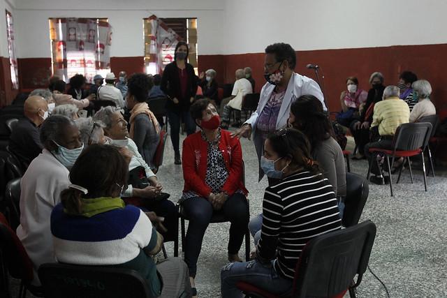 Adultos mayores intercambian experiencias durante un curso del programa Acompáñame, en uno de los centros de la Federación de Mujeres Cubanas en La Habana. La investigadora Rosa destacó durante la actividad la necesidad de incorporar los aspectos emocionales en la política de cuidados. Foto: Jorge Luis Baños/IPS