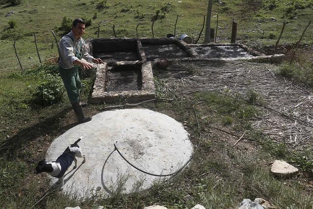 El ingeniero agrónomo Fernando Funes muestra el biodigestor que aprovecha los excrementos del ganado para la producción de biogás destinado al consumo doméstico de la Finca Marta, en el municipio de Caimito, en la provincia cubana de Artemisa. Se trata de una de las innovaciones para el desarrollo sostenible de la granja. Foto: Jorge Luis Baños/IPS