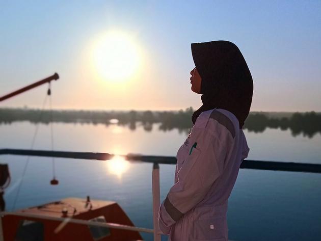 Una tripulante árabe a bordo de una pequeña embarcación de carga en el mar Mediterráneo. Foto: OMI