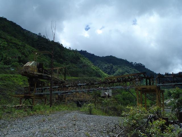 La maquinaria e infraestructura de la mina destruida se encuentran esparcidas por el sitio de la mina Panguna en las montañas de Central Bougainville, una región autónoma de Papúa Nueva Guinea. Foto: Catherine Wilson / IPS