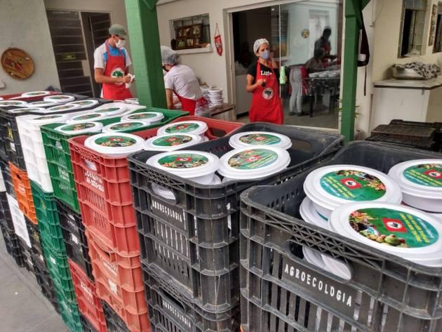 La covid generó muchas iniciativas de solidaridad como esta distribución de comidas listas a los pobres afectados por la pandemia, promovida por la Asociación de Cooperación Agrícola y Reforma Agraria de Paraná, en Curitiba, en el sur de Brasil. La cooperativa ya donó más de 40 porciones de comida y está vinculada al Movimiento de los Trabajadores Sin Tierra, que promueve asentamientos de campesinos y la agroecología. Foto: Ednubia Ghisi / Fotos Públicas