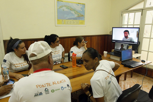 En el Centro de Servicios Ambientales de Matanzas, en el oeste de Cuba, integrantes del proyecto Aprendiendo de Irma y María participan en un foro en línea de capacitación sobre un manejo resiliente de la pandemia, mediante la integración del enfoque de género con el de la gestión integral de riesgos. Jorge Luis Baños/IPS
