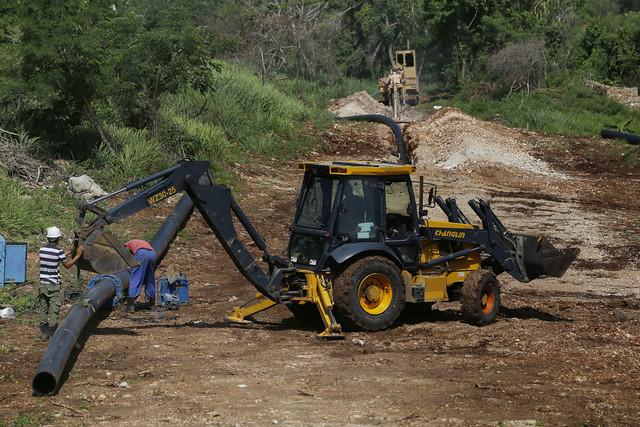 Trabajadores de la empresa Aguas de La Habana colocan una tubería de polietileno de alta densidad para el abastecimiento de agua potable en el reparto Peñas Altas, en las inmediaciones de la playa Guanabo, en el este de La Habana. Parte de las inversiones hidráulicas que realiza Cuba en el sector cuentan con el respaldo de la cooperación internacional mediante proyectos y fondos de países y de organizaciones internacionales. Foto: Jorge Luis Baños/IPS