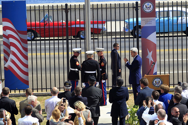 John Kerry, entonces secretario de Estado de Estados Unidos preside la ceremonia de inauguración de la embajada de Washington en La Habana, el 14 de agosto de 2015. El deshielo entre ambos países, desde diciembre de 2014 a enero de 2017, favoreció la firma de una veintena de acuerdos bilaterales, incluido el restablecimiento de relaciones diplomáticas. Foto: Jorge Luis Baños/IPS