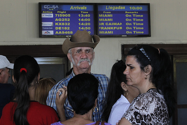 Una familia aguarda la llegada de un vuelo procedente de Miami en el Aeropuerto Internacional José Martí, en La Habana. Desde 2019, Washington eliminó los vuelos comerciales a Cuba, excepto algunos a la capital. Entre las primeras medidas del presidente Joe Biden hacia Cuba pudieran estar la reautorización de los vuelos comerciales directos y la ampliación de licencias para los viajes de estadounidenses a Cuba, lo que reanimaría el turismo. Foto: Jorge Luis Baños/IPS