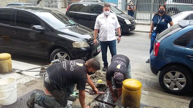 El alcalde Chacao (este de Caracas), Gustavo Duque, inspecciona los trabajos de aducción la tubería de un edificio al caño que trae el agua desde un pozo construido por su administración para llevar el recurso a un sector con 15 000 habitantes. Foto: Humberto Márquez /IPS