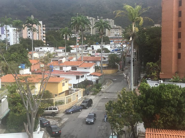 Pequeños tanques de plástico azul sobre los techos de las viviendas unifamiliares forman parte del paisaje de los barrios residenciales de Caracas. Esos tanques y los depósitos subterráneos o aéreos obligatorios en los edificios de la capital de Venezuela palian la aguda irregularidad del suministro del servicio. Foto: Humberto Márquez /IPS