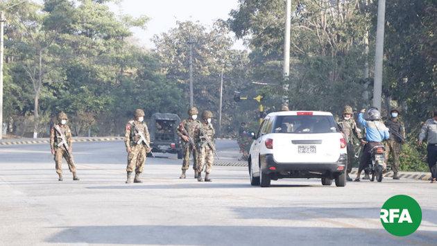 Uno de los controles establecidos por los militares en Naipyidó, la capital de Myanmar, tras el golpe de Estado del 1 de febrero. Foto: RFA.org