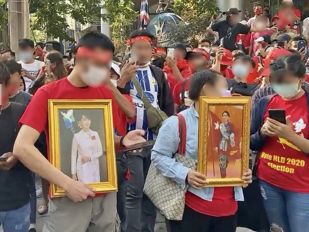 Protesta ante la embajada de Myanmar en Tailandia, en Bangkok, contra el golpe militar, con fotografías Aung Suu Kyi, ahora arrestada y que condujo de facto el país desde 2016 y cuyo partido había ganado en forma aplastante las elecciones de noviembre. Foto: ซาร่า สาขาสาทร/ Wikimedia bajo licencia de Creative Commons