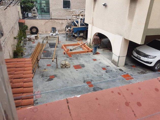 El garaje de un edificio residencial es utilizado para alejar de la vista pública los trabajos de perforación de un pozo que abastecerá a decenas de viviendas en el este de Caracas. Foto: Cortesía de Ronny Castro