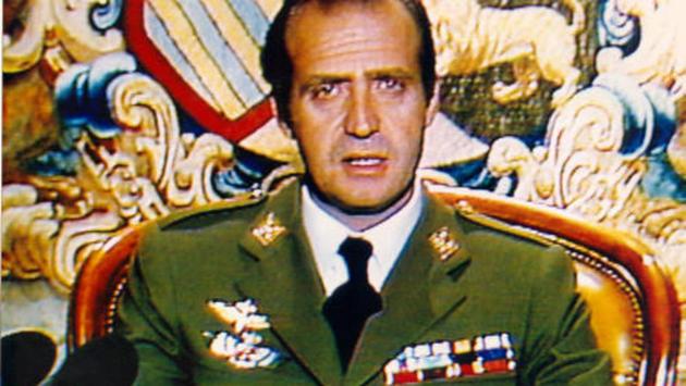 El rey Juan Carlos en una captura fotográfica de su discurso por televisión en las primeras horas del 24 de febrero de 1981, que logró hacer llegar a Televisión Española, ocupada por militares, y los responsables informativos transmitir. Su firme defensa de la Constitución y su orden a los militares de poner fin al alzamiento, reafirmó la monarquía parlamentaria como sistema democrático en España. Foto: RTVE