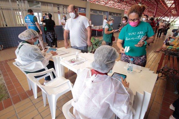 La vacunación en Manaus, capital del estado de Amazonas, es la más adelantada en Brasil, con poco más de siete por ciento da la población, mientras el promedio en Brasil es de 3,88 por ciento. Se busca así contener la pandemia en esa región con la variante del coronavirus que parece más transmisible y agresiva. Foto: Marcely Gomes /Semom-Fotos Públicas