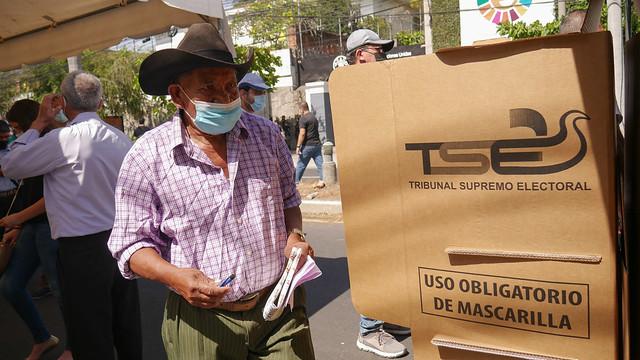 El campesino Mauro Carrillo, de 78 años, que se reconoce como bukelista, el nombre de los seguidores del presidente Nayib Bukele, tras votar en las elecciones legislativas y municipales del 28 de febrero, en un centro de votación ubicado en el Bulevar del Hipódromo, en el noroeste de la capital de El Salvador. Foto: Edgardo Ayala / IPS