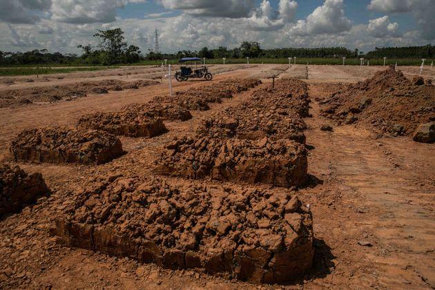 Tumbas de fallecidos por covid en un cementerio amazónico de Perú. Foto: Sebastián Castañeda / Periodistas por el Planeta