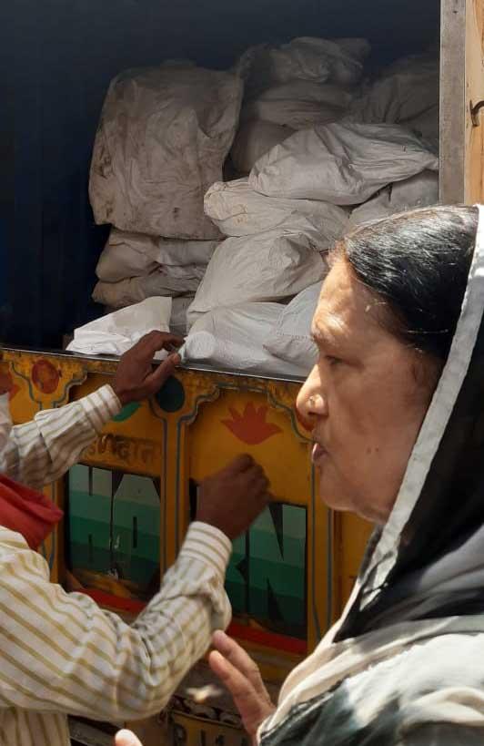 Nishat Hussain supervisa el cargamento de un camión con alimentos para entregar a mujeres rurales del estado de Rajastán, en el norte de India, para aliviar la precarización de la situación de muchas mujeres vulnerables y sus familias, como impacto de la covid. Foto: Cortesía de Nishat Hussain