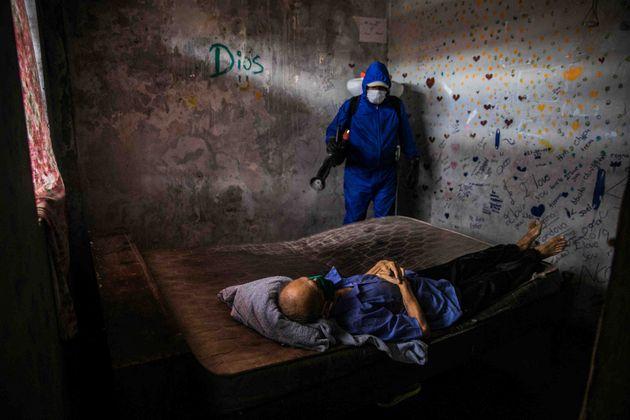 Recogida de los restos de un fallecido por covid. Foto: Sebastián Castañeda / Periodistas por el Planeta