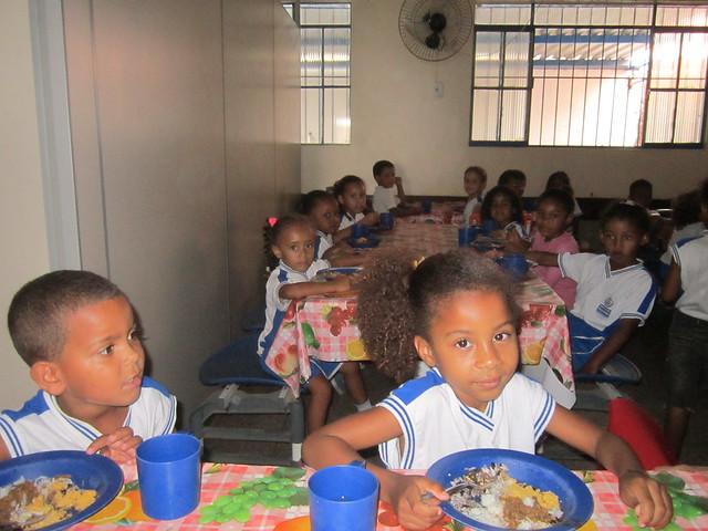 Un grupo de niños almuerza en su escuela, en Itaboraí, a 50 kilómetros de Río de Janeiro, antes del cierre de los centros educativos por la covid. Los alimentos frescos para los almuerzos y meriendas en los centros de educación pública de Brasil son suministrados por productores locales, mediante el Programa Nacional de Alimentación Escolar que asegura una cuota de 30 por ciento de las compras a la agricultura familiar. Foto: Mario Osava / IPS