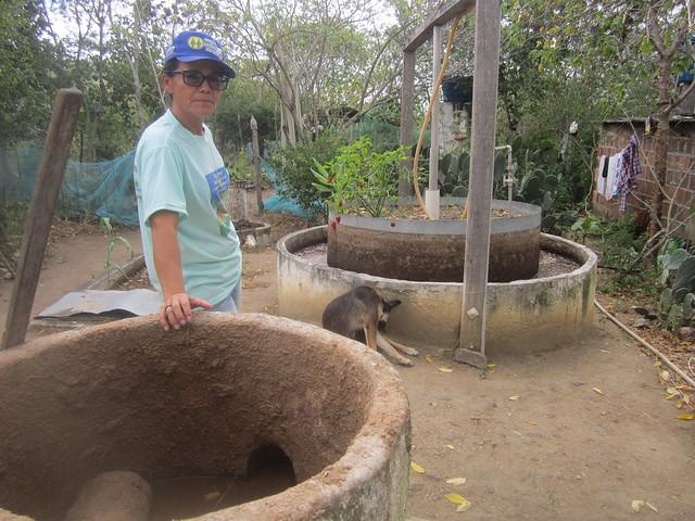 Un biodigestor en una pequeña finca en la región semiárida del estado de Pernambuco, en el Nordeste de Brasil. En general las familias locales usan el biogás para cocinar. Sustituyen las bombonas de gas de cocina, que son muy caras para los niveles de ingreso de esas zonas del país. Foto: Mario Osava /IPS