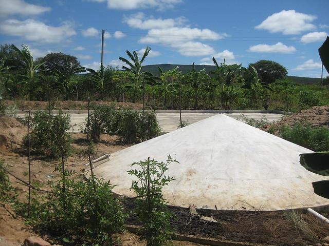 Los cisternas para el acopio de agua de lluvia, con sus diferentes formas y usos, son ya parte del paisaje de la ecorregión del Semiárido de Brasil, y han permitido dejar atrás las hambrunas y mortandades del pasado cuando llegan las cíclicas sequías a la región del Nordeste. Pero el gobierno de Jair Bolsonaro ha diezmado ese y otros programas de apoyo a la pequeña agricultura. Foto: Mario Osava /IPS