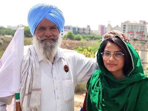 Noodep Kaur junto a un campesino que participa en la larga protesta del campesinado indio contra la reforma del sector agrícola. Foto: Sania Farooqui / IPS