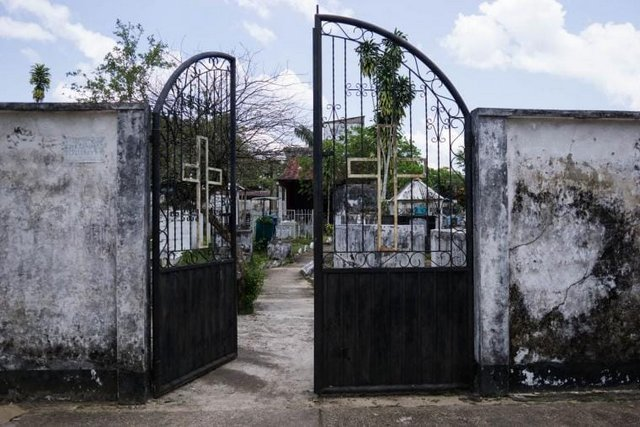 Un cementerio en Puerto Inírida, Colombia, visiblemente en decadencia. Puerto Inírida es una localidad de la Amazonia colombiana, cerca de Venezuela, que sirve de centro de tráfico de minerales que se extraen en el estado de Amazonas, Venezuela. 2018. Foto: Bram Ebus/ InfoAmazonia