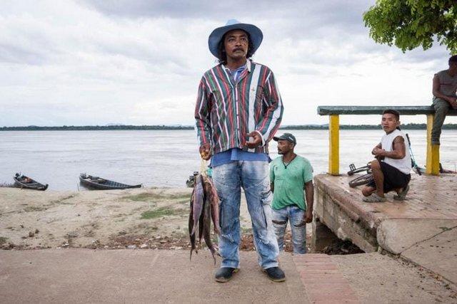 Un pescador pasea por el río Orinoco en Puerto Carreño, Colombia. 2018. Foto: Bram Ebus/ InfoAmazonia