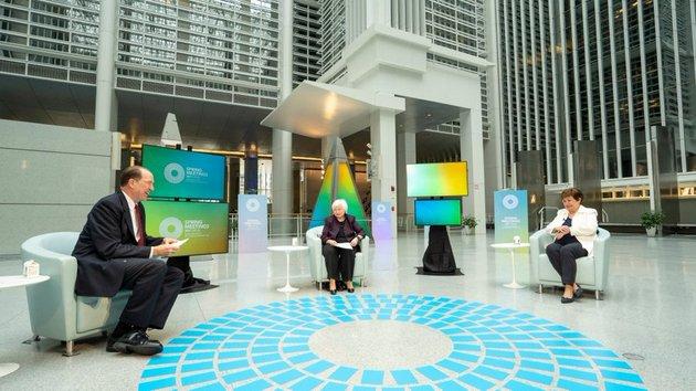 La secretaria del Tesoro de Estados Unidos, Janet Yellen (C), y la directora gerente del Fondo Monetario Internacional (FMI), Kristalina Georgieva, participan en uno de los pocos encuentros presenciales que han tenido lugar en Washington, durante las reuniones de primavera que realizan conjuntamente y este año mayormente en forma virtual el Banco Mundial y el FMI entre el 5 y el 11 de abril en la capital estadounidense. Foto: Banco Mundial