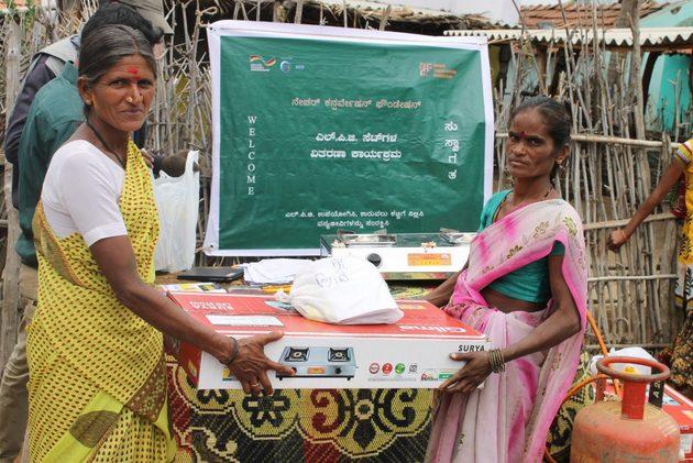Dos mujeres reciben una cocina y un cilindro de GLP en el Santuario de Vida Silvestre de las Colinas Malai Mahadeshwara, en el sureste de India. Fue un cambio notable hacia la sostenibilidad de miles de residentes en pequeñas comunidades de esos bosques, que abandonaron cocinar con leña y pasaron a usar un combustible más limpio, dentro de un proyecto encabezado por la india Fundación para la Conservación de la Naturaleza y la IUCN. Foto: Cortesía de Sanjay Gubbi/ NCF