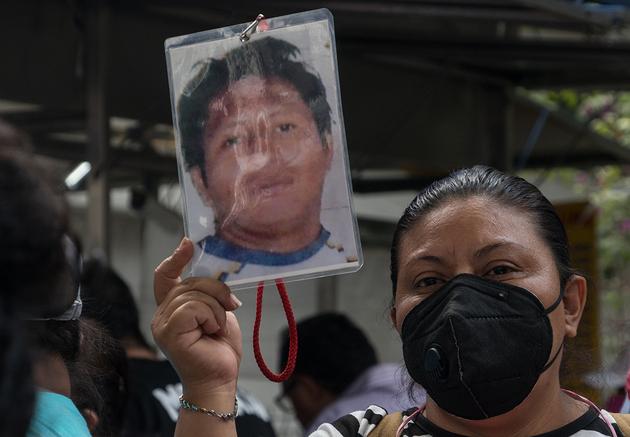 Una mujer camina enarbolando la foto de su familiar desaparecido durante la marcha para entregar el pliego petitorio a las autoridades de la CEAV. Foto: Isabel Briseño /Pie de Página