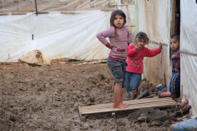 Niñas y niños sirios aprenden a sobrevivir en un campamento de refugiados en el norte de Líbano. Crédito: Zak Brophy/IPS