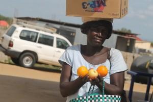 Un vendedora de frutas cerca de Yuba. Según la ONU, las mujeres y niñas son las más vulnerables del país. Crédito Charlton Doki/IPS