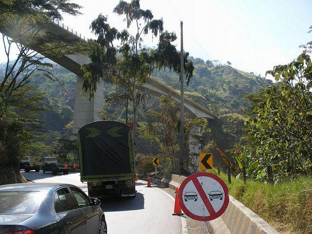 Arriba, de izquierda a derecha, uno de los 29 viaductos que hacen parte de las obras de modernización del cruce de La Línea. Crédito: Constanza Vieira/
