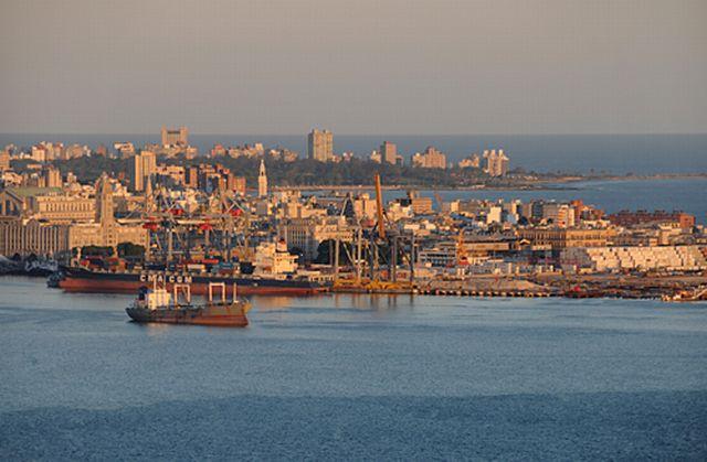 Vista del Puerto de Montevideo desde el Cerro. Crédito: Daniel Stonek CC BY 3.0