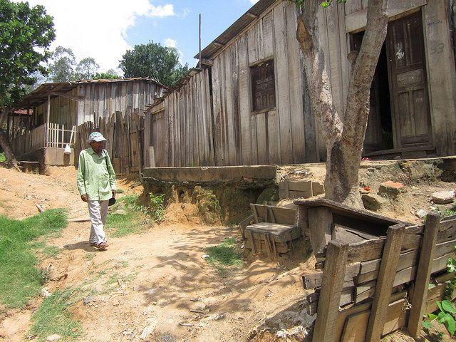 Una calle de Piquiá de Baixo dañada por la erosión, y las habituales casas deterioradas. Los pobladores esperan un demorado reasentamiento en un predio expropiado por la justicia. Crédito: Mario Osava/IPS