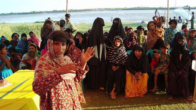 Arzu Begum presta testimonio en el tribunal sobre mujeres y justicia climática en la aldea de Char Nongolia. Crédito: Naimul Haq/IPS
