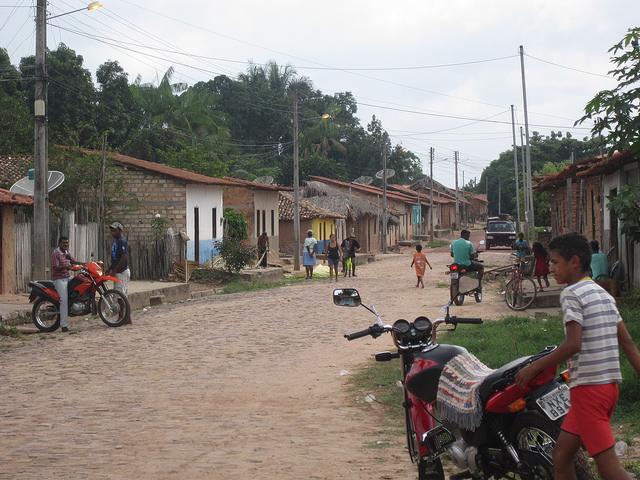 La calle principal de Auzilandia, una aldea del municipio de Alto Alegre do Pindaré, que carece de oportunidades de trabajo pese a estar atravesado por el Ferrocarril Carajás. Crédito: Mario Osava/IPS
