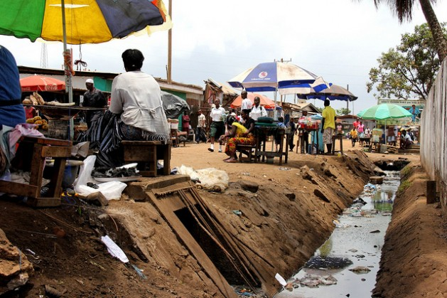 Residentes de Clara Town, un barrio de bajos ingresos en Monrovia, Liberia, sufre graves problemas de saneamiento en la temporada de lluvias. Crédito: Travis Lupick/IPS
