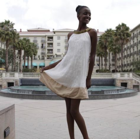 Una modelo luce una prenda de YeFikir. El reconocimiento internacional de los diseños africanos, y en particular etíopes, es en parte resultado de la demanda cada vez mayor de vestimenta producida de modo ético. Crédito: Kyle La Mere/IPS