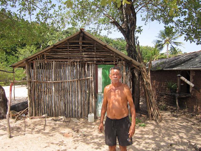 Osmar Santos Coelho, Santico, ante la cabaña donde guarda sus redes y avíos de pesca, en una angosta playa que escapó a la invasión del terminal portuario de la minera Vale en São Luis, en el Nordeste de Brasil. Crédito: Mario Osava/IPS