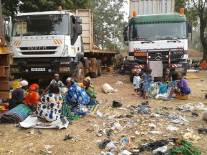 Muchos centroafricanos entran a Camerún viajando en camiones de carga que llegan desde Bangui. Crédito: Monde Kingsley Nfor/IPS