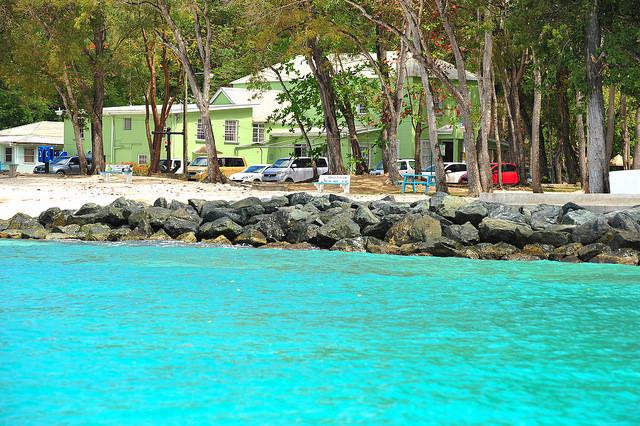 Escolleras de la playa Folkestone, en Barbados. Crédito: Desmond Brown/IPS