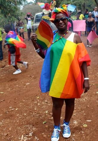 Sandra Ntebi, quien está al frente de una línea telefónica de ayuda a la comunidad LGBTI en Uganda, retratada en la Marcha del Orgullo Gay 2013. Crédito: Amy Fallon/IPS.