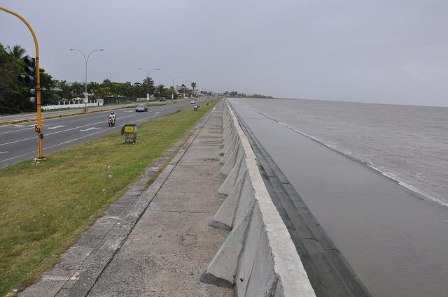 Guyana gasta un promedio de 3.000 millones de dólares al año para mantener y reforzar la protección de su litoral. Crédito: Desmond Brown/IPS