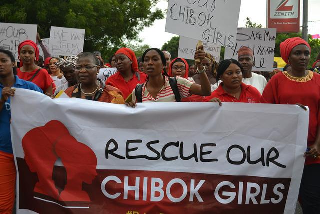 Nigerianos y nigerianos congregados en la fuente de la Unidad, en Abuja, el 30 de abril, para reclamar al gobierno que actúe con celeridad para encontrar a las 276 adolescentes secuestradas por Boko Haram en norteña  ciudad de Chibok. Crédito: Mohammed Lere/IPS