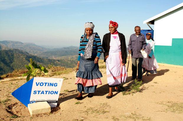 Miembros de la comunidad de Mabheleni, en Kwazulu Natal, Sudáfrica, cuando se dirigían a votar el 7 de mayo, tras 20 años de democracia. Crédito: GCIS/CC by 2.0